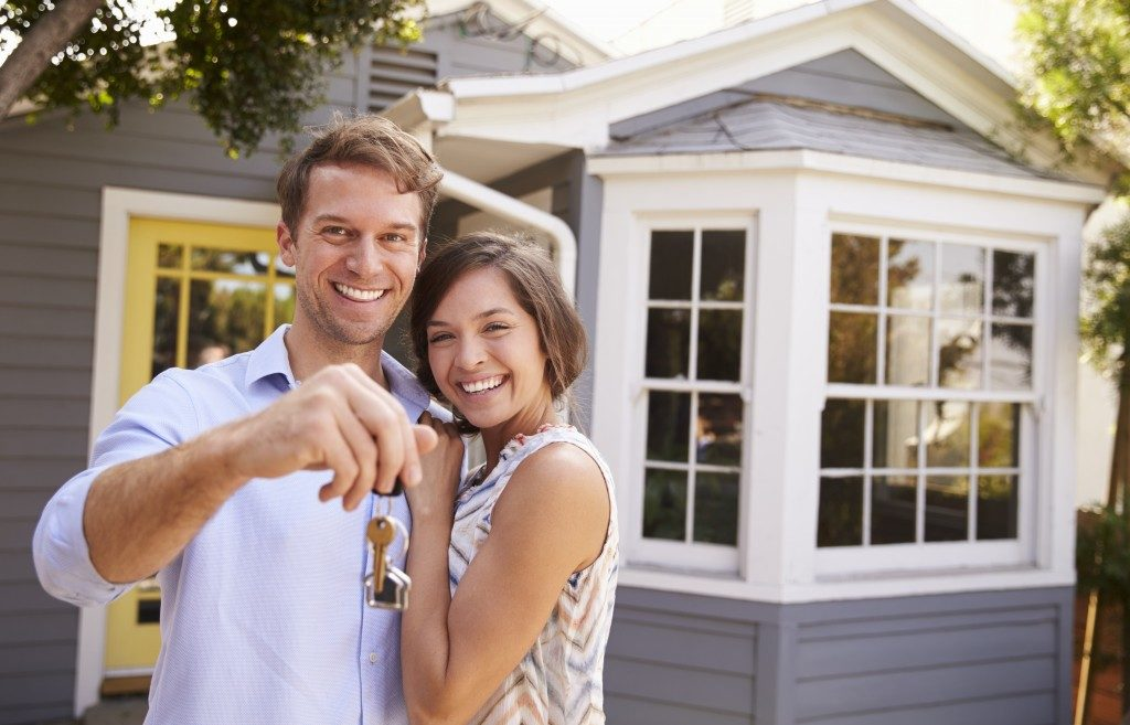 couple with their keys to the house