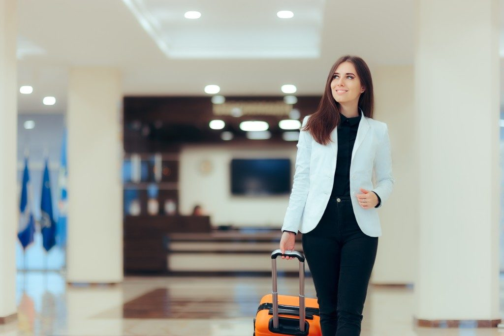businesswoman carrying her luggage in the airport